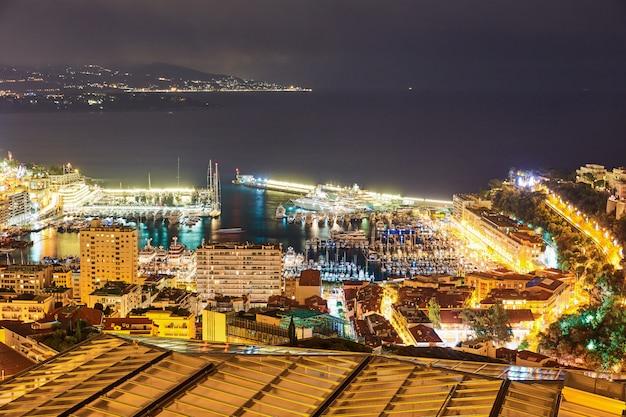 Monaco beleuchtete stadt in der nacht