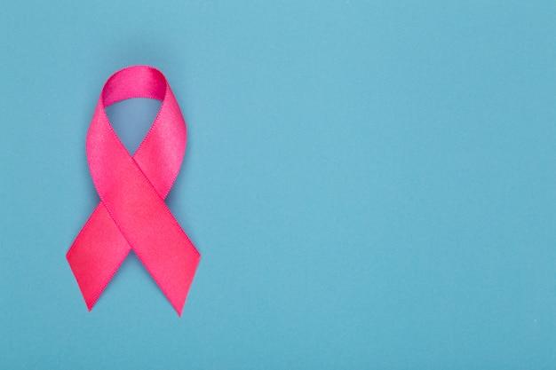 Monat des bewusstseins für brustkrebs. rosa band symbol der welt brustkrebs monat im oktober und konzept der gesundheitsversorgung. speicherplatz kopieren