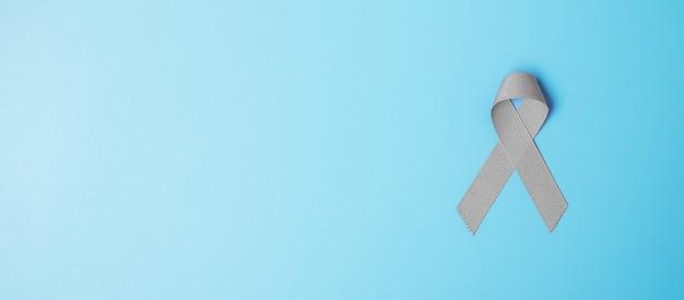 Monat des bewusstseins für hirntumor, graues farbband zur unterstützung lebender menschen. konzept für gesundheitswesen und weltkrebstag