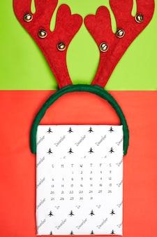 Monatlicher dezember-kalender auf hellem buntem hintergrund. dezember papierkalender