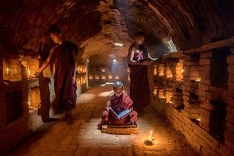 Mönchslesebuch für Anfänger, im Kloster, Bagan, Myanmar
