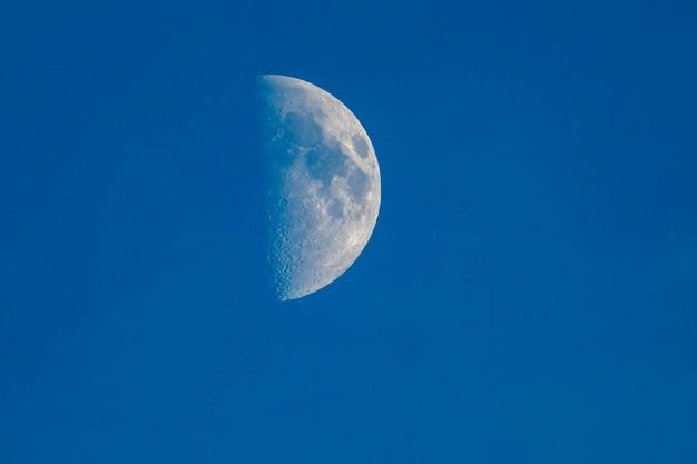 Mond am himmel mit sichtbaren kratern