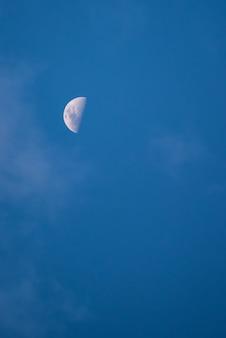 Mond, schöner mond tagsüber mit blauem himmel im hintergrund, geringe schärfentiefe. selektiver fokus.