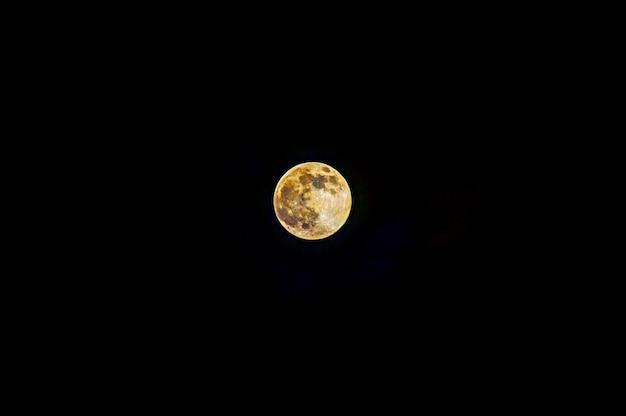 Mondhintergrund der mond ist ein astronomischer körper, der die erde umkreist