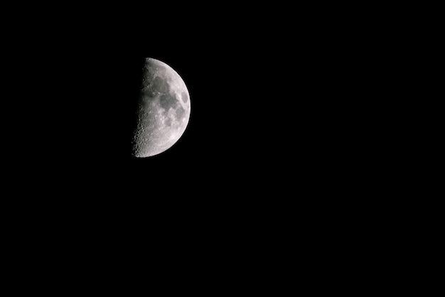 Mondsichel am dunklen nachthimmel