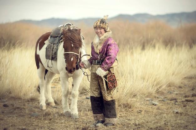 Mongolische adlerjäger bereiten sich vor. um den adler jeden morgen zu vertreiben. mongolei, china.