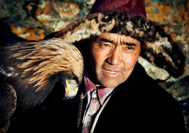 Mongolischer mann auf einem pferd mit einem adler