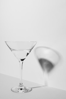 Monochromatische stilllebenkomposition mit glas