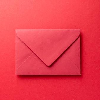 Monochromatische stilllebenkomposition mit rotem papier