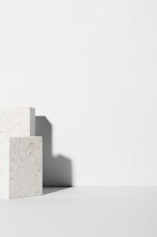Monochromatische stilllebenkomposition mit weißen steinen