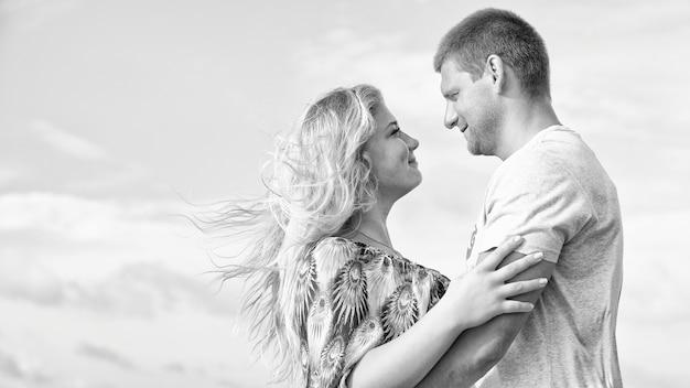 Monochrome aufnahme eines glücklichen verliebten paares