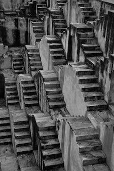 Monochrome stufenbrunnen