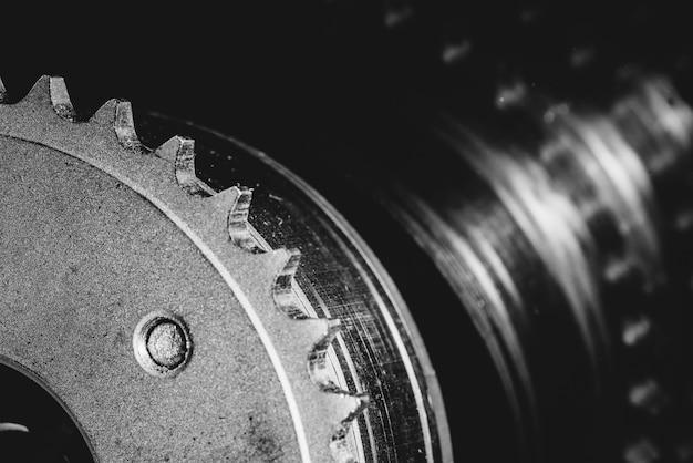 Monochromes bild der zahnradnahaufnahme. grafik durch autoteil in der makrofotografie in graustufen.