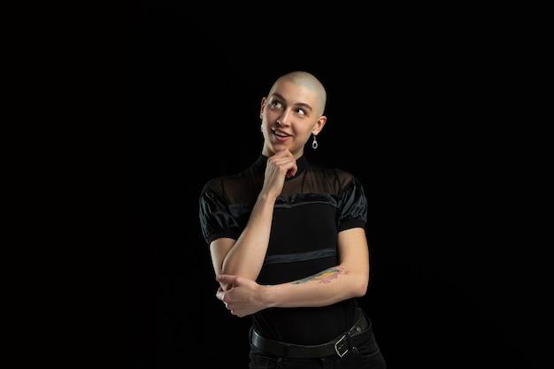 Monochromes porträt der jungen kaukasischen kahlen frau