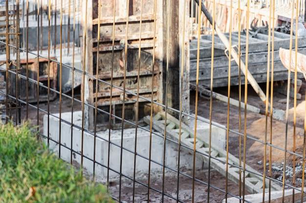 Monolithische fundamentschalung. bildet vertikale schalungskonstruktionen für den keller eines wohnhauses. monolithisches betonfundament. stiftung unterstützen. hausbau.