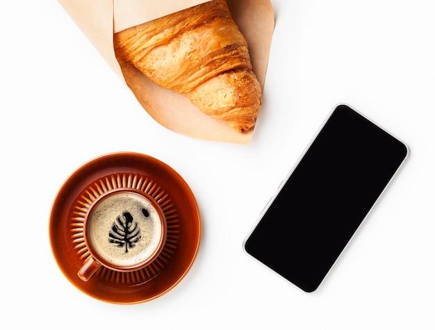 Monstera-blattzeichnung auf der kaffeeoberfläche