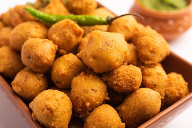 Monsunspezial moong dal vada, pakoda, dalwada, pakora oder mungdal bhajiya oder yellow split gram fritters, serviert mit grünem chutney