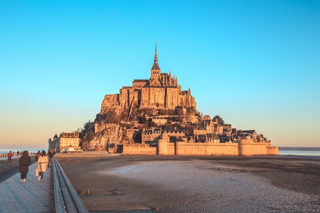 Mont saint michel, normandie, frankreich - 29. dezember 2016: ansicht über die berühmte mont saint michel-insel mit touristen morgens