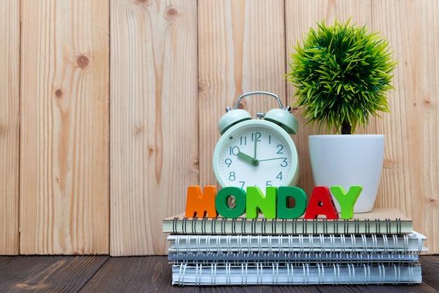 Montag beschriftet text und notizbuchpapier