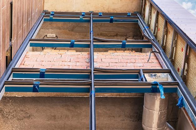Montage der glasfassade des gebäudes. nahaufnahme. installierter fensterrahmen in der phase des gebäudes ohne doppelt verglaste fenster. bau montagearbeiten.