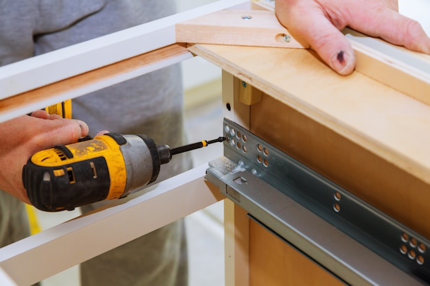 Montage der scharnierschubladen an der tür des küchenschranks