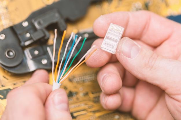 Montage des twisted pair-steckers für rj-45-lan-kabel.