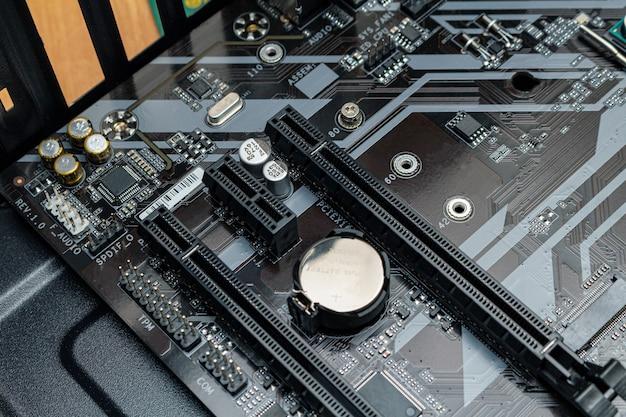Montage eines personal computer prozessors in einem service. rüsten sie die reparaturwartung auf.