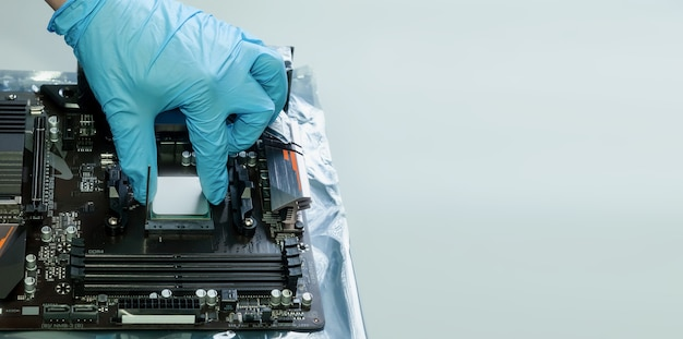 Montage, konfiguration und reparatur von personal computern im pc-service. professioneller techniker sammelt teile der computerausrüstung. schließen sie den computer an. beruf konzept. platz für website kopieren