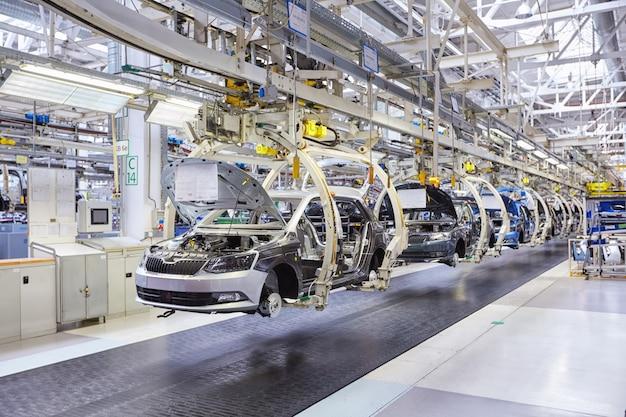 Montage von autos auf förderstrecke