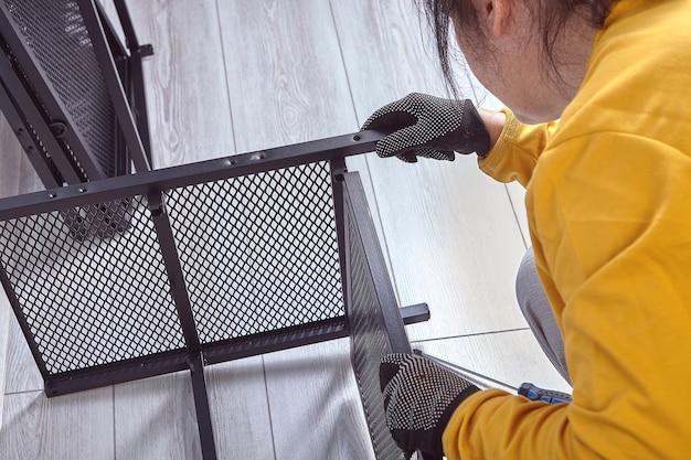 Montage von flachmöbeln aus metallrahmen für tv-ständer oder etagen-industrieschränke mit ablagefach