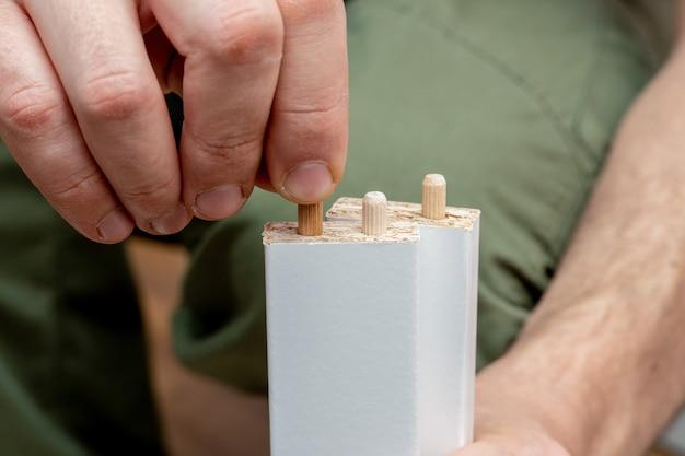 Montage von holzkappen, dübeln bei der möbelmontage