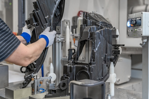 Montage von kunststoffformen an der produktionslinie im werk