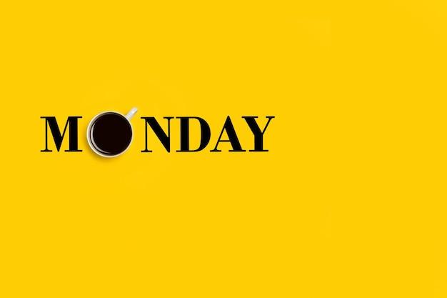 Montagwort mit einer tasse kaffee auf dem o buchstabenplatz auf gelbem grund
