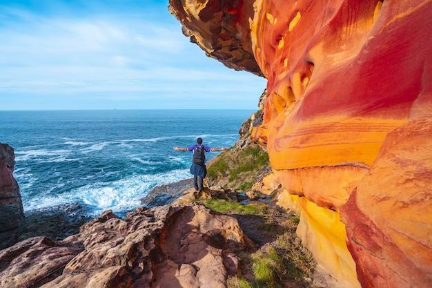 Monte jaizkibel, gipuzkoa / spanien »; 6. dezember 2019: ein junger mann in den roten geoformen in labetxu auf dem berg jaizkibel mit erhobenen armen