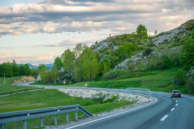 Montenegro zabljak touristen reisen mit dem auto auf den bergstraßen