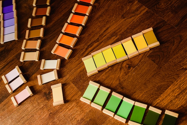 Montessori-farbtabletten auf bretterbodenhintergrund