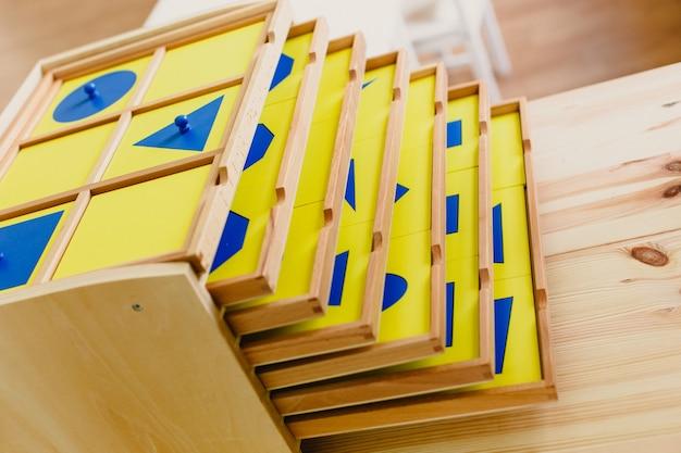 Montessori materialien im klassenzimmer angeordnet
