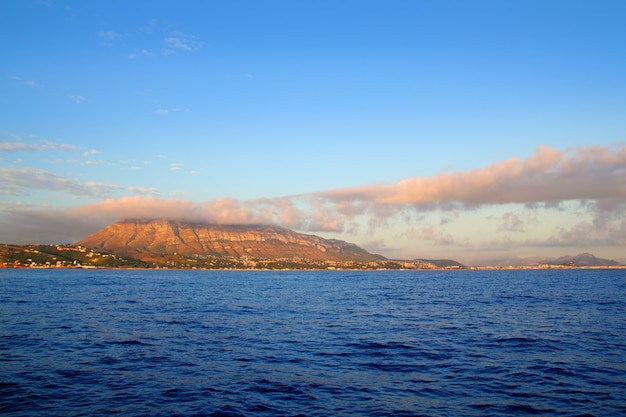 Montgo-berg in blauem mittelmeerdean denia