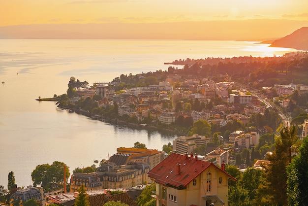 Montreux-sonnenuntergangskyline in leman geneva swiss