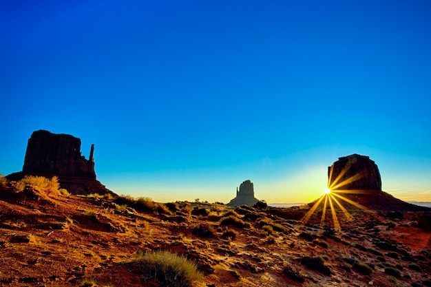 Monument valley tribal park bei sonnenaufgang, arizona