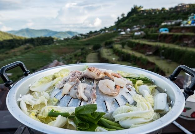 Moo-gata schweinefleischpfanne. traditionelles thailändisches bbq