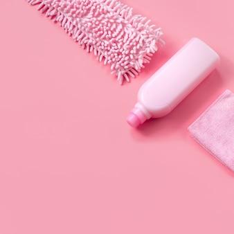 Mop, lappen und waschmittel pink für den frühjahrsputz. copyspace