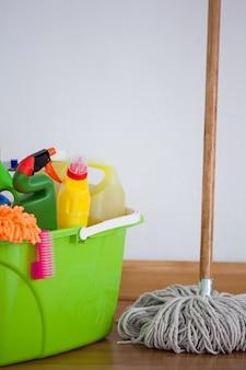 Mopp und reinigungsanlage auf bretterboden