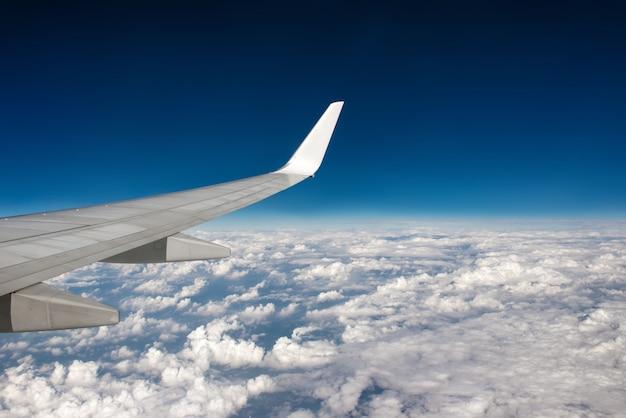 Morgen bewölkter sonnenaufgang mit flügel eines flugzeuges. bild zum hinzufügen von textnachricht oder rahmen-website. reisekonzept