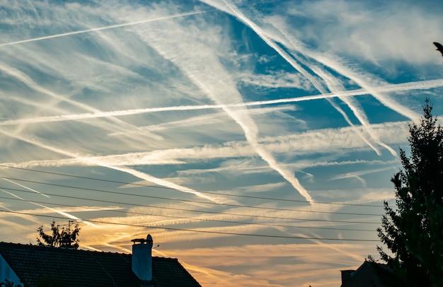 Morgen blauer himmel über der stadt