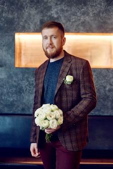 Morgen bräutigam. ein hipster-mann in einer jacke