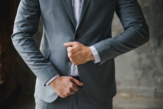 Morgen des bräutigams. bräutigam morgenvorbereitung. jung und gut aussehend bräutigam anziehen