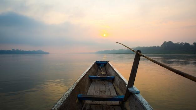 Morgen des sees mit dem boot