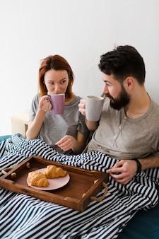 Morgen frühstück im bett und kaffee