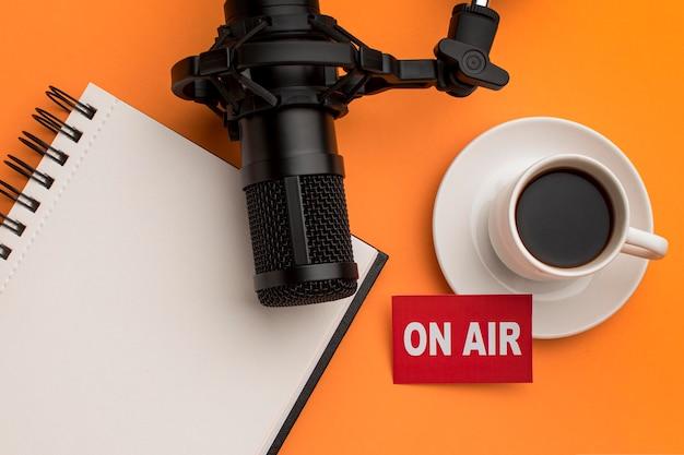 Morgen im radio und kaffee